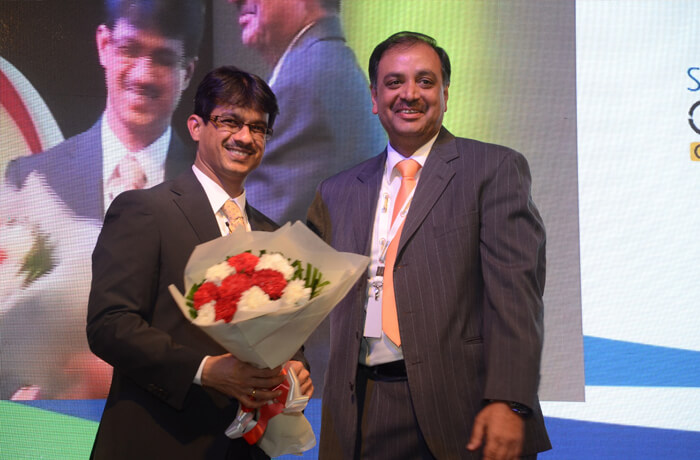 CCO Pankaj Priyadarshi felicitates a partner at Connfluence 2015