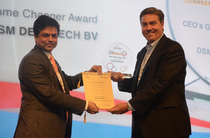 CEO Dr Anand Agarwal felicitates a partner at Connfluence 2015